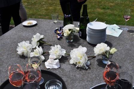 Het bruidspaar had de bloemen overal doorgevoerd; in de bruidstaart, boeket, bloemstukken. Ze lagen dus ook op de tafel bij de bruidstaart.