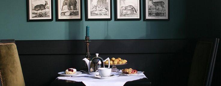 Salon de thé Miss Marple, 16 Avenue de la Motte-Picquet, 75007 Paris, ouvert du mardi au samedi de 9h à 19h pour le petit-déjeuner, déjeuner, salon de thé et le dimanche pour le brunch de 10h à 16h. N'oubliez pas de réserver au 01 45 50 14 27.