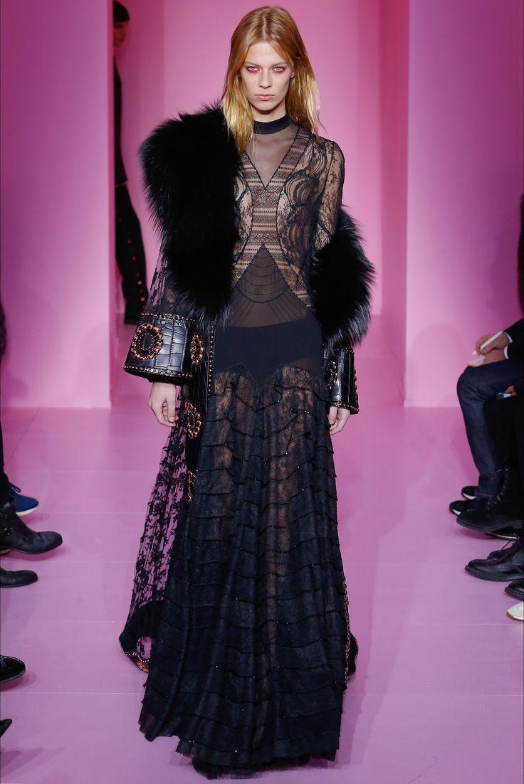 Guarda la sfilata di moda Givenchy a Parigi e scopri la collezione di abiti e accessori per la stagione Alta Moda Primavera Estate 2016.