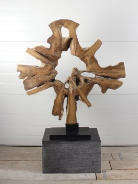 Mooi en discreet voor zowel binnen als buiten in uw achtertuin. Houtsculptuur 61GJ. De urn kan worden geplaatst in een holle sokkel. Zie ons gehele assortiment op onze website gedenkornamenten.nl. Neem bij vragen gerust contact met ons op.