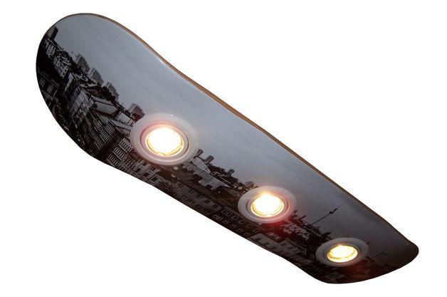 Skateboarddeck, aus 100% kanadischem Ahornholz, umgestaltet zur Deckenlampe mit 3 schwenkbaren Deckenspots. -> hier weiss; Halogenleuchten 3x20W