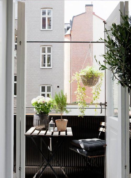 Petit balcon design et sobre pour aménager un petit espace détente et repas