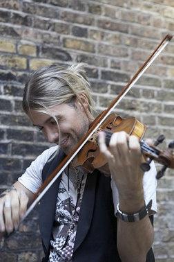 David Garrett es un violinista y modelo, hijo del alemán Georg P. Bongartz, jurista, profesor de violín.