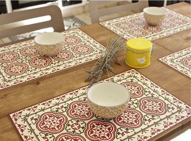 Une table de cuisine avec des notes de carreaux de ciment.