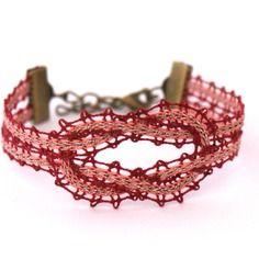 "Bracelet ""noeud"" en dentelle aux fuseaux                                                                                                                                                                                 Plus"