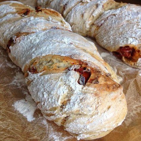 Übernacht-Tomatenbrot: Ich habe dieses Brot gestern zum Brunch mit Freunden gemacht und ich muss sagen es ist einfach der ABOLUTE Oberhammer!!! Eins meiner neuen Lieblingsrezepte!!! T.S.