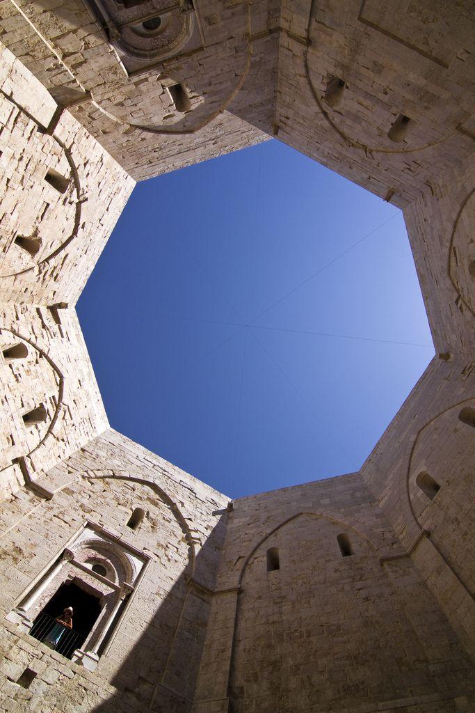 il Cortile interno di Castel del Monte, Puglia, Italy fatto erigere da Federico II nella prima meta' del 200