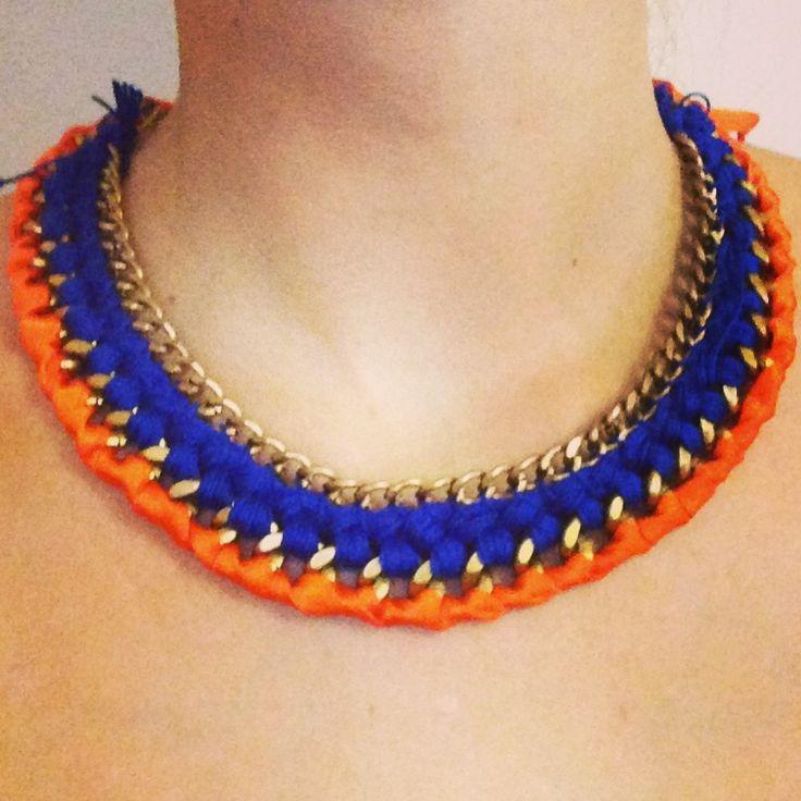 Collar de hilo  azul y lazo naranja, con cadena de oro viejo. 15 € www.facebook.com/olidacraft