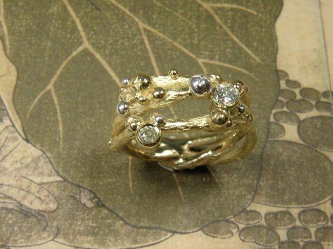 * heirloom | oogst-sieraden * Ring * Besjes verspreid over verfijnde twijgjes * Vervaardigd van oud goud en zilver met 2 eigen diamanten * Maatwerk *
