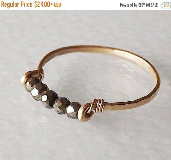 EN venta martillado oro llenado Pirita Gemstack anillo - anillo de piedras preciosas - anillo de apilamiento - anillo oro - BIRTHSTONE anillo