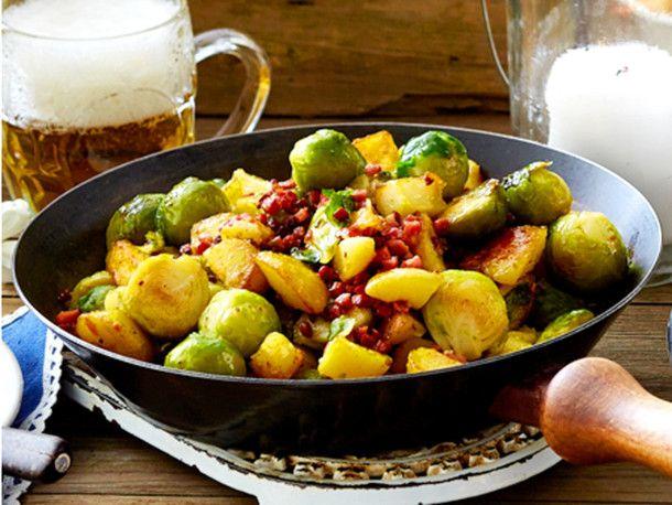 Unser beliebtes Rezept für Zünftiges Rosenkohl-Kartoffel-Gröstl und mehr als 55.000 weitere kostenlose Rezepte auf LECKER.de.