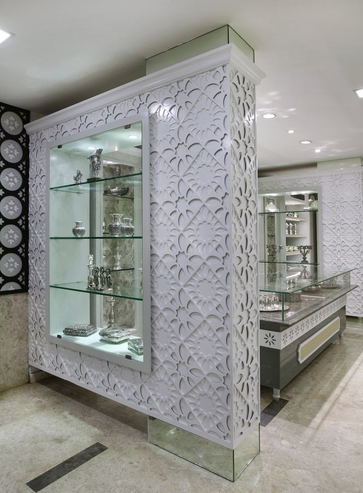 Стеклянная витрина в ювелирном бутике