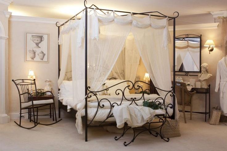 Landelijk slaapkamer interieur van 100% vol metaal, klassiek handgemaakt. Deze slaapkamer meubelen zijn voorzien van een poeder coating en kras bestendig. Het hemelbed met transparant gordijn is romantisch en lijkt uit een sprookje te komen.
