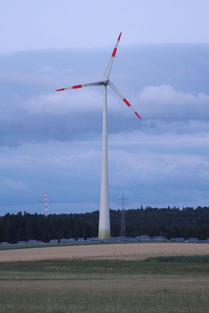 Turbina eólica em Alpirsbach, no estado de Baden-Württemberg, Alemanha.  Fotografia: Zonk43.