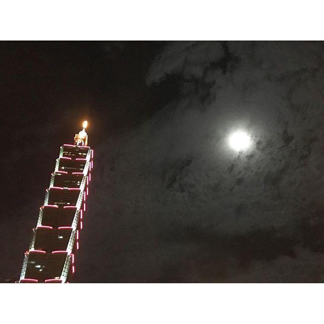 Instagram【yi_kuan】さんの写真をピンしています。 《Taken on 16-Sep : full moon and Taipei 101 😊🌕 #moon #fullmoon #night #nightview #view #landmark #skyline #sky #cloud #light #lights #illuminate #city #Taipei101 #Taipei #Taiwan #타이완 #타이페이 #타이페이101 #야경 #야간 #여행 #사진 #일상 #하늘 #구름 #달》