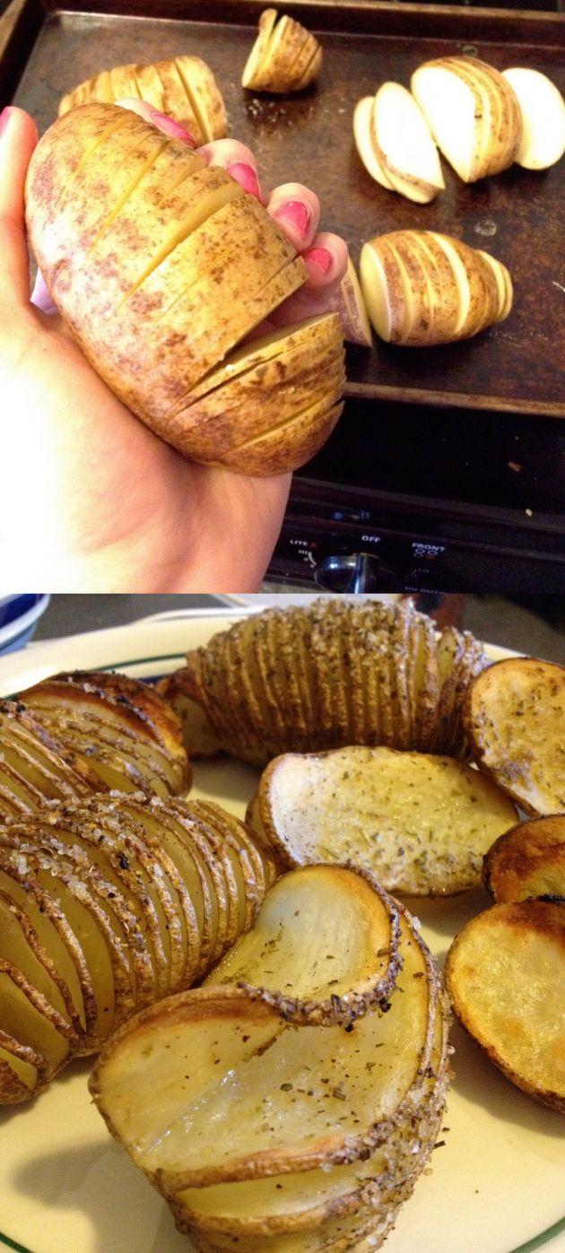Ingeniosa forma de cocinar patatas Esta es una manera simple y original de cocinar patatas al horno. Abriendo la patata en rodajas pero sin terminar de cortarla totalmente, poniendole aceite de oliva virgen por encima y sazonando con las especias que prefieras y voilà. Sólo tendrás que vigilar el tiempo de cocción hasta que consideres adecuado.