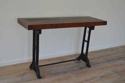 Vackert avlastningsbord med raka ben