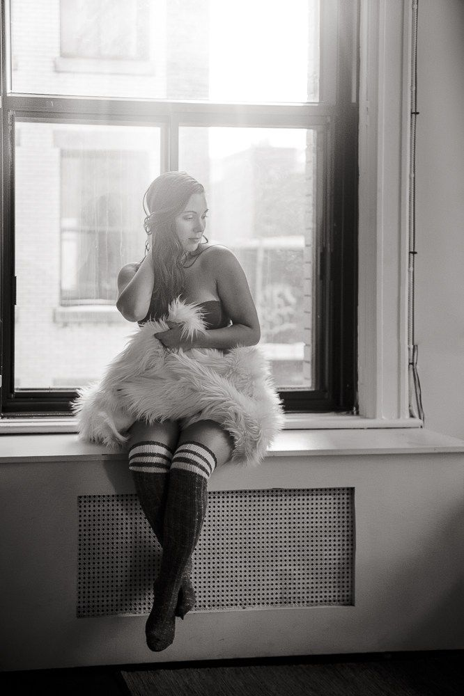 Dyade photo | Cosy Boudoir session | White fur | Black and white