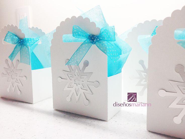Caja blanca con copo de nieve plateado.