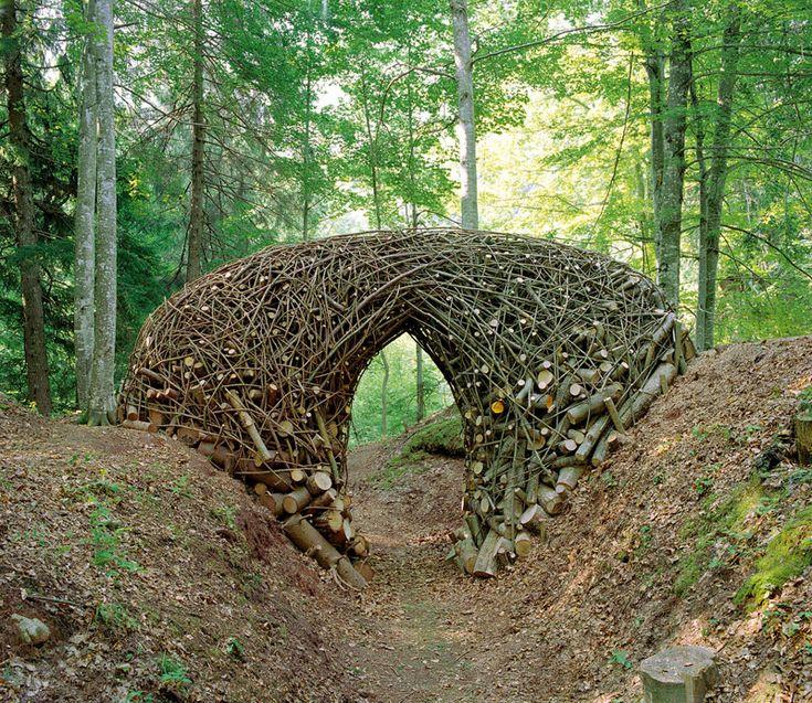 Bob Verschueren : Installation VI/05, Arte Sella, Malga Costa (Italie), troncs et branches d'épicéas et de frênes, 2005 © Bob Verschueren