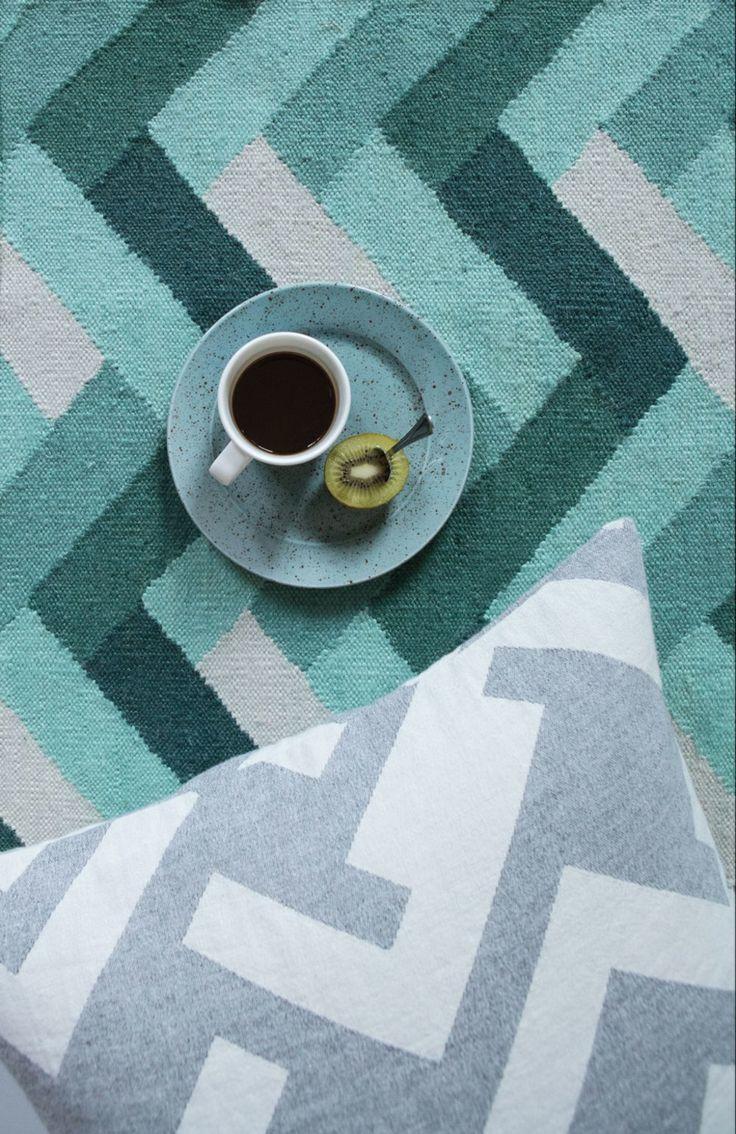 Nos tapis recyclés en PET sont conçus par nous en Suède et fabriqués à la main par des artisans habiles en Inde, certifiés par Kaleen-Hallmark. Le matériau est
