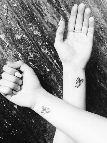 die besten 25 schwester tattoos ideen auf pinterest partnerlook tattoos f r schwestern. Black Bedroom Furniture Sets. Home Design Ideas