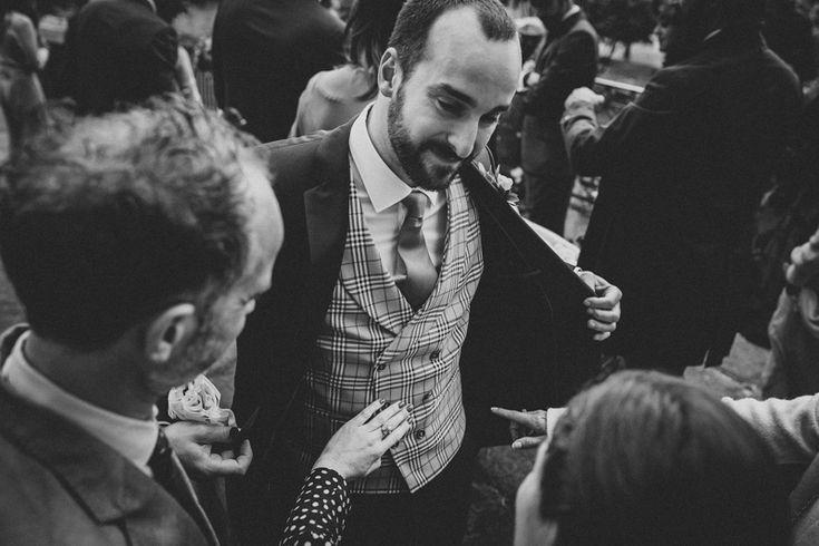 Black and white. Groom. Cecilia López. Fotografia de bodas Galicia. Bodas Coruña. » Fotografo de bodas Galicia. Novio. A Coruña, Santiago de Compostela, Lugo, Ourense, Vigo, Pontevedra. Reportajes de boda naturales.