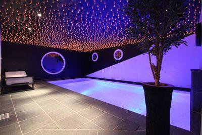 Cette petite piscine a remporté le trophée d'or dans la catégorie piscine de nuit.  LM piscine - Carrée bleu  Descriptif produit : piscine intérieure réalisée en blocs à bancher, de forme rectangulaire avec un escalier d'angle intérieur maçonné. Dimensions : 6,5m x 3m. Revêtement intérieur : membrane armée. 150/100° - coloris blanc. Plages : pierre naturelle.