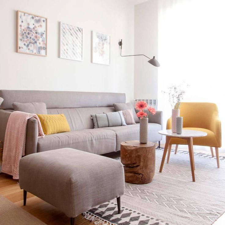 Proyecto de R Diseño Amazing Homes. Vista de estar-comedor de estilo nórdico compuesto por mesa extensible de madera de roble, sillas Zuiver, sofá y ottoman a juego y butaca en color mostaza.