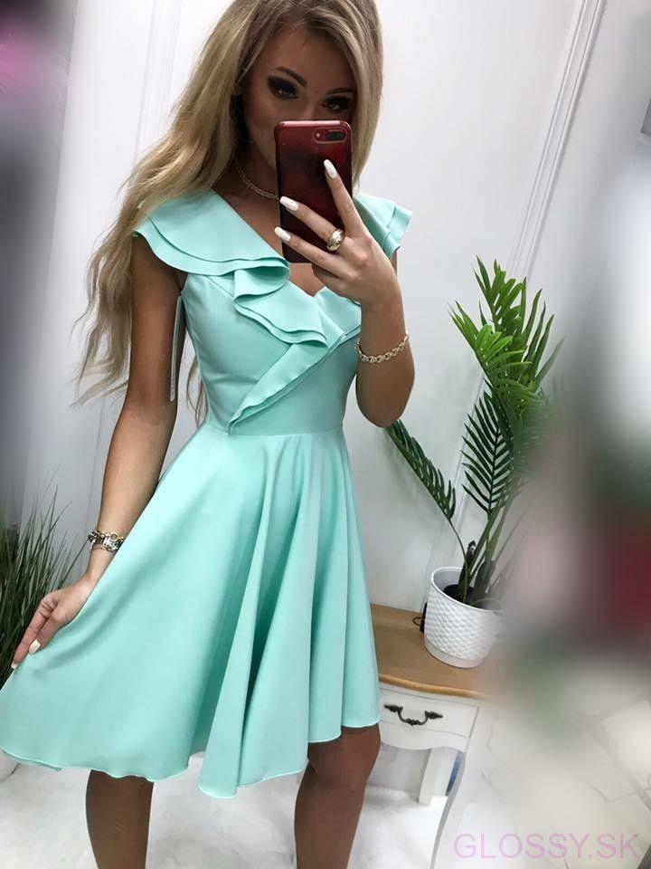 4bfd81765 Krásne mentolové šaty, v ktorých rozhodne zažiarite. Véčkoý výstrih na  šatách je zdobený volánmi