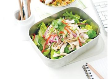 Salată asiatică de pui Să-ţi faci o salată pentru masa luată la serviciu nu e doar mai ieftin, ci şi mai sănătos retete cu piept de pui, Reţete cu pui, Japoneza, mâncare la pachet, Rețete pentru luat la pachet, Reţete de salată