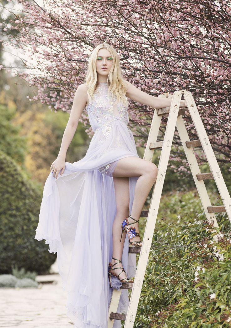 Der Stil von Dakota Fanning wurde in einem exklusiven Shooting für Jimmy Choo im Los Angeles County Arboretum and Botanical Garden festgehalten. Die Accessoires aus der Sommerkollektion von Jimmy Choo kombiniert sie hier zu romantischen Lieblingskleidern.