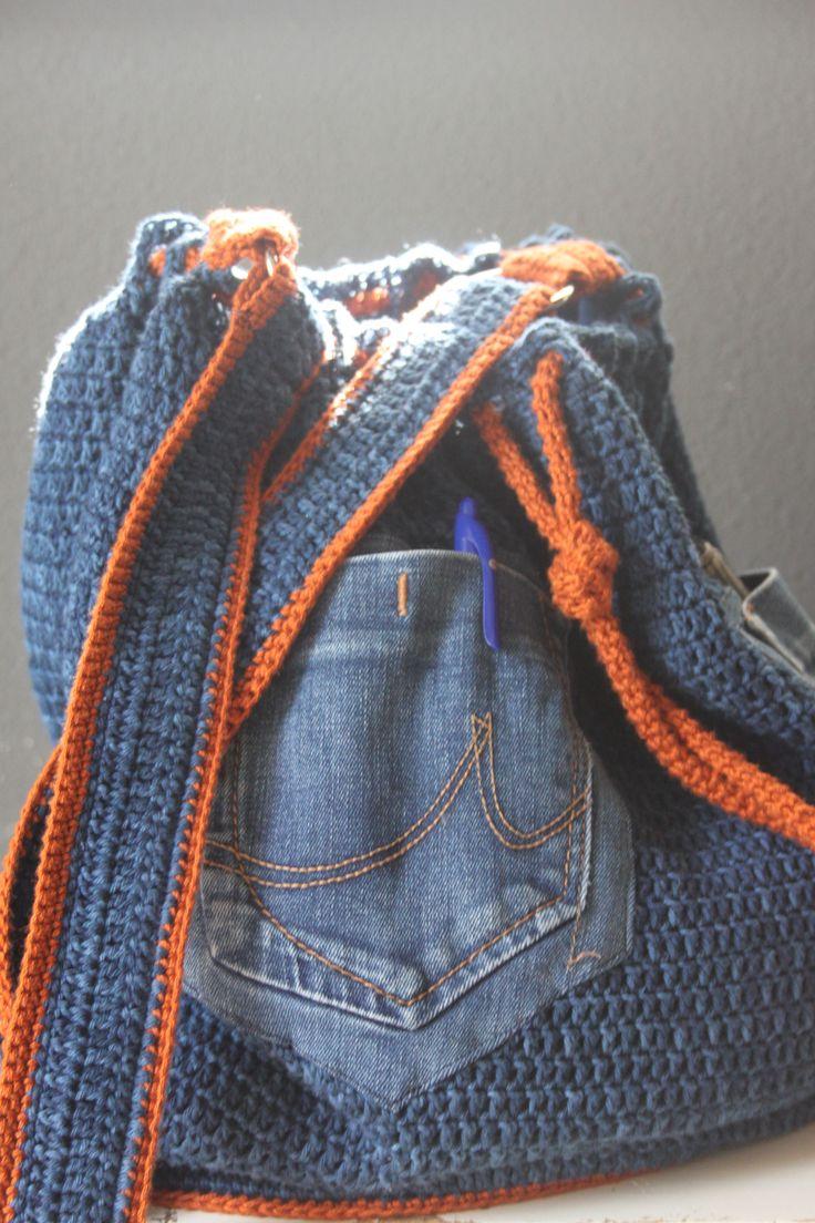 Stoer jeans tas, gehaakt mat Catania denim met hierop 2 zakken van een oude spijkerbroek