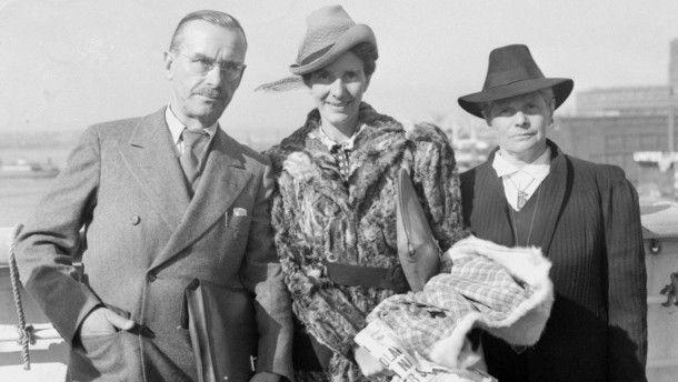 Thomas Mann mit seiner Frau Katia Mann und der Tochter Erika Mann bei der Ankunft in New York im September 1939.