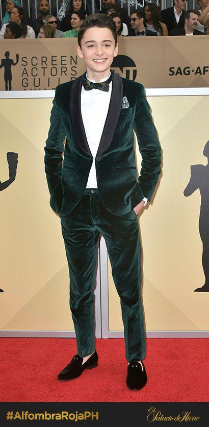 En un traje de terciopelo verde botella Noah Schnapp confirma la tendencia en trajes de hombre en la que este suave material es clave. #AlfombraRojaPH #SAGawards