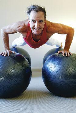 Neil Whyte z Australii od 2011 roku ma na swoim koncie rekord Guinnessa na najwięcej pompek wykonanych na piłkach gimnastycznych. W minutę wykonał 31 powtórzeń! #RekordGuinnessa #Pilates #iLoveSport #SwissBalls