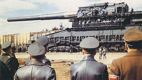Proiectat la începutul anilor 1930, tunul Schwerer Gustav a fost finalizat abia în anul 1941 şi a rămas în istorie ca tunul despre care se vorbeşte doar la superlativ! V-am stârnit curiozitatea? Haideţi să vedem de ce acesta este tunul cel mai cel din toate timpurile ... Schwerer Gustav a ...