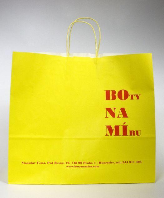 Žlutá papírová taška s potiskem.