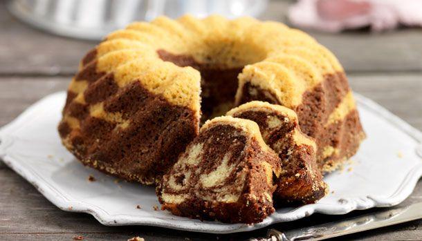 En marmorkage er bare flot med den mørke og lyse dej. Denne kage er bagt i en randform, så du nemt kan skære små stykker af den flotte kage.