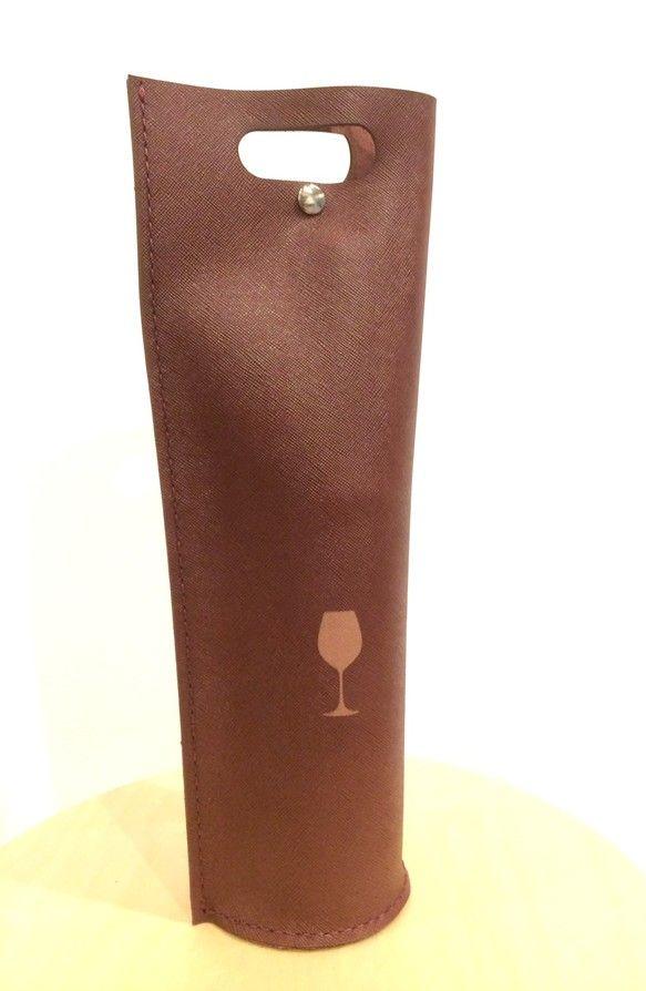 優しいボルドー色のシボ本革で作られたワインを一本丸ごと持ち運べるバッグです。自立でき、底は対衝撃するように地面との間に空間を設けています。ワインバッグはヨーロッパでは日本に比べて一般的なもので、ホームパーティーやピクニックに行く際に利用されています。素敵なワインと一緒にプレゼントととしてもご利用いただけます。