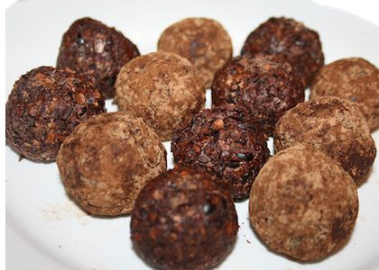 If you love the classic chocolate and mint combination, then you'll love this healthy dessert (or snack)! These balls contain fibre, good fats, protein, calcium, magnesium, manganese and vitamin B2. If you prefer to make only chocolate balls, just leave out the peppermint oil. You also have the option of rolling them in extra cacao powder or nibs for extra nutrients, more flavor, and more chocolate.