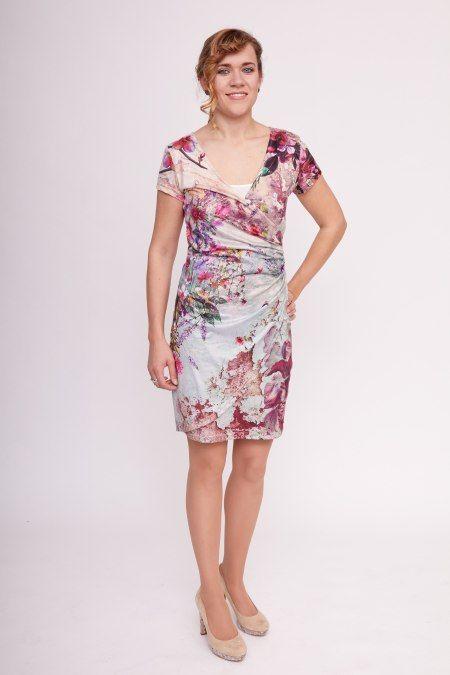 Dit jurkje met korte mouw en v-hals heeft een vrolijke bloemenprint, waardoor je zin krijgt in de zomer! Het jurkje heeft een overslag en ophaal aan de linkerkant bij taille en heup, waardoor een buikje gemakkelijk verdoezeld kan worden.