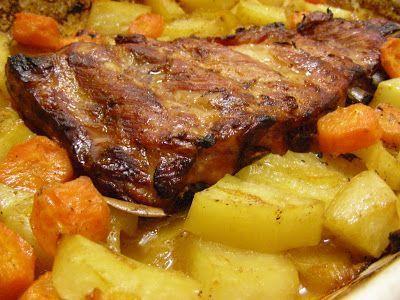 Entrecosto assado no forno com batatas e cenoura regado com sumo de laranja