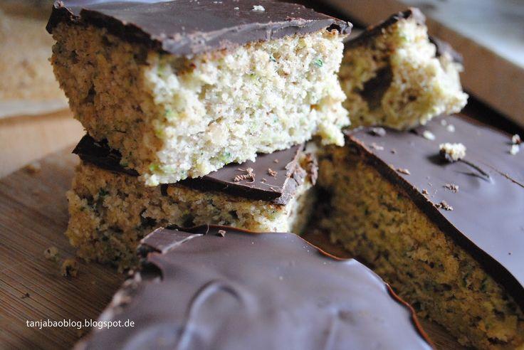 Hallo, heute teile ich mit dir dieses leckere Zucchinikuchen Rezept. Ich habe mir im Internet ein paar Rezepte angeschaut aber mich haben alle nicht so überzeugt. Also habe ich mir selber ein Rezept zusammengebastelt und ich muss sagen, dass ich mit dem Ergebnis richtig glücklich bin! Der Kuchen ist nicht trocken, nicht zu süß, fluffig, leicht und einfach lecker! ABER ich habe es eindeutig mit der Schokolade übertrieben!!! Wenn du meinen Instagram Post gesehen hast, dann weißt du wovon ich…