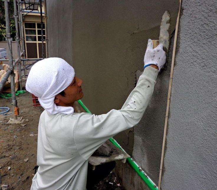 外壁のモルタル塗り。左官職人が塗る☆ プロの技☆左官職人の壁塗り。 Pinterest