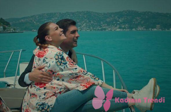 İstanbullu Gelin 15. Bölümde Aslı Enver / Süreyya'nın teknede giydiği kombin ve beyaz spor ayakkabısı