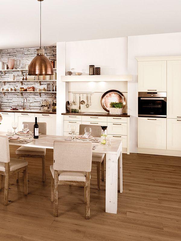 landhauskuchen liebhaber aufgepasst zum eleganten look der cremeweissen fronten ist der w landhaus kuche romantische kuche mit nostalgischem charme in
