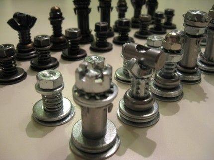 ajedrez fabricado con tuercas y tornillos