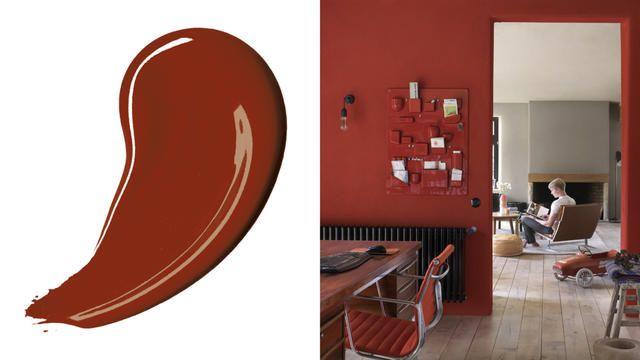 Creëer een knus interieur  Kiezen voor een donker kleurenschema is een uitstekende manier om de kamer een warmere, intiemere uitstraling te geven.  Probeer eens rijke donkerrode tinten of chocoladekleurige tinten die de muren dichter naar je toe halen en waarmee je een grotere kamer dus gezelliger maakt.