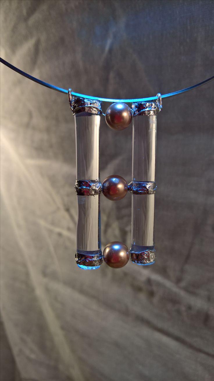 Tento šperk je vyrobený ze sklenic na červené víno rozbitých při příjemném posezení s přáteli a korálků koupených  jen tak pro radost. I šperk přináší majitelce energii přátelství,radosti a dobré pohody.